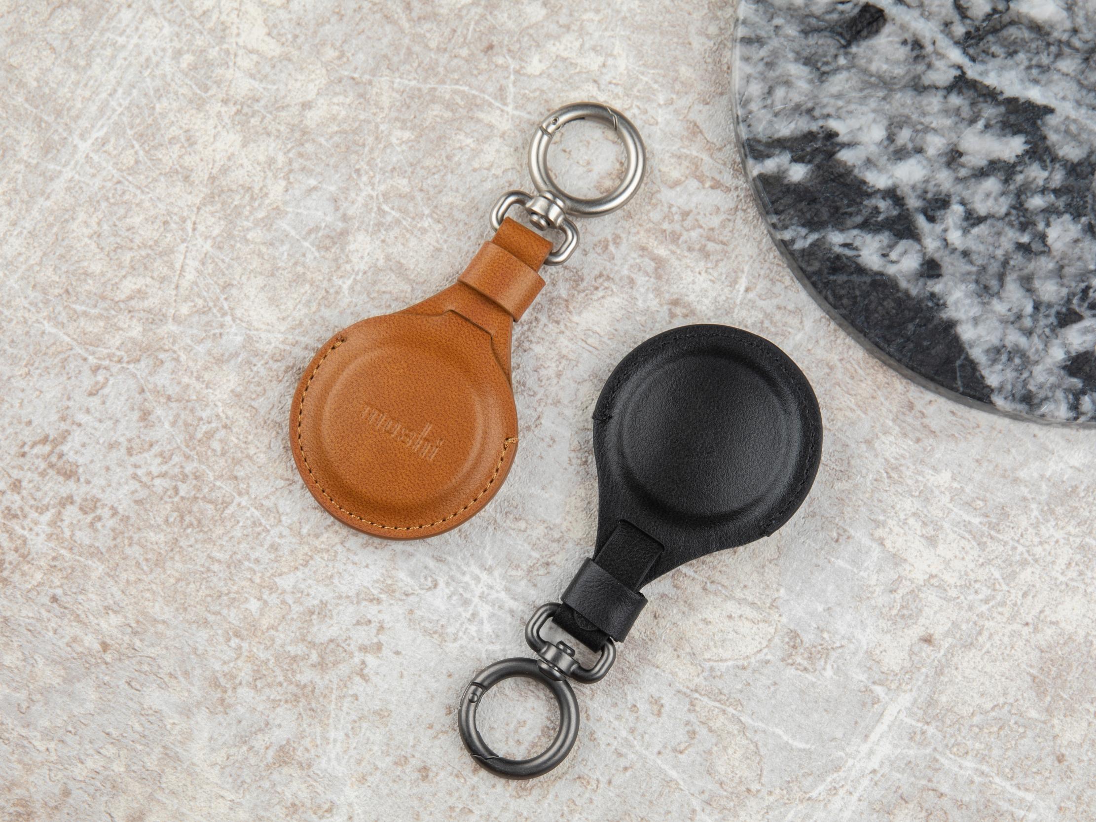 Deux porte-clés AirTag de Moshi sur un plateau de table