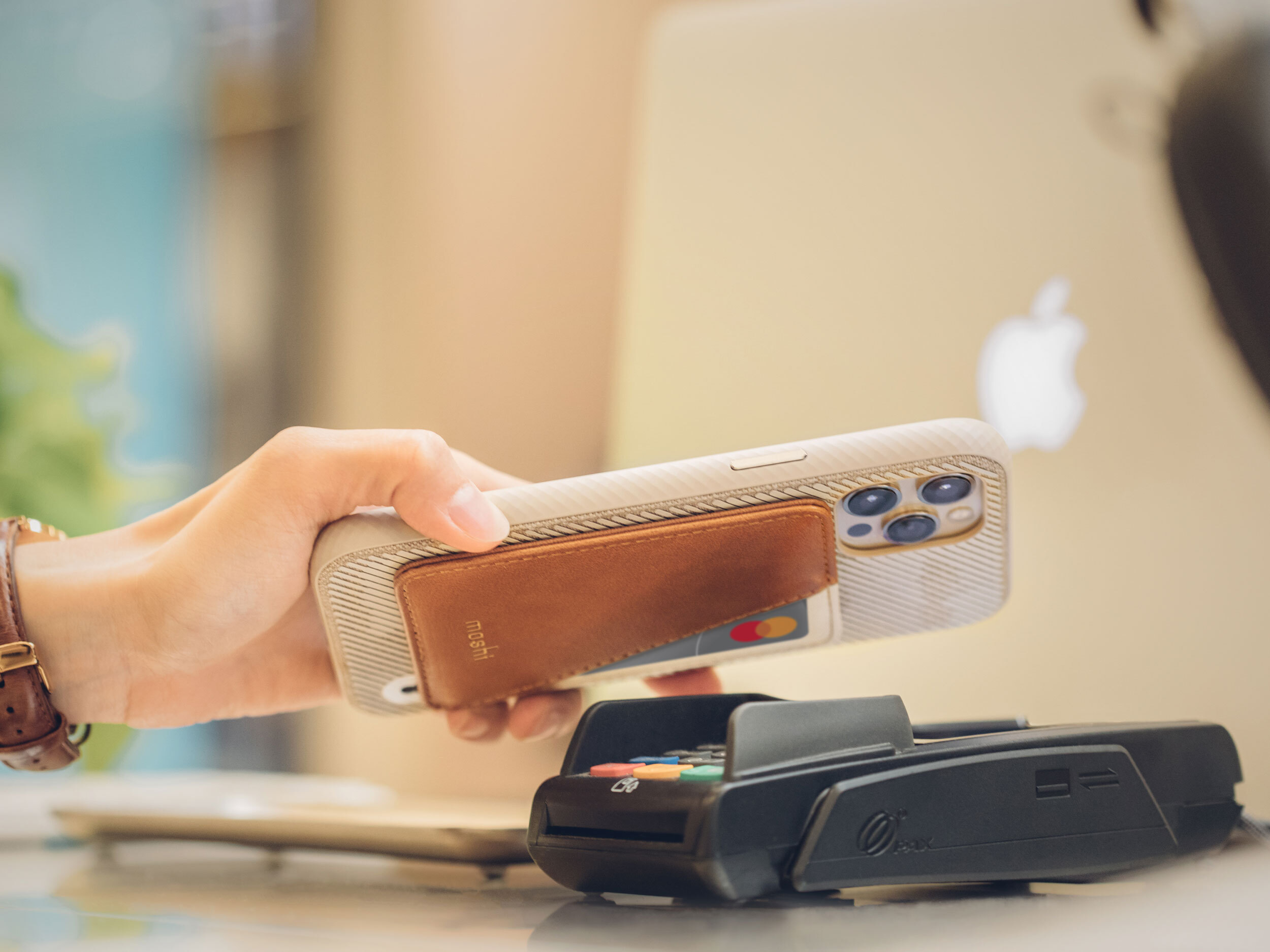 Scanning a card in the SnapTo Slim Wallet over a payment terminal in a store
