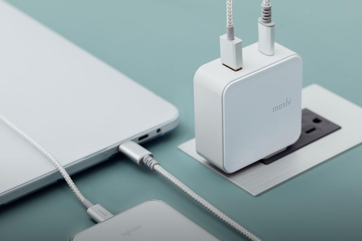 Carga rápidamente un dispositivo USB-C y uno USB a la vez.