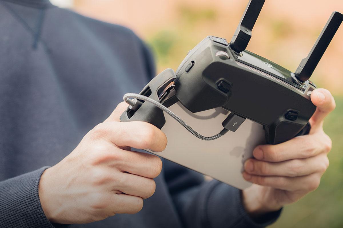 Ideal zum Aufladen Ihres iOS-Geräts im Auto oder sogar zum Synchronisieren Ihres Drohnencontrollers mit Ihrem iPhone.