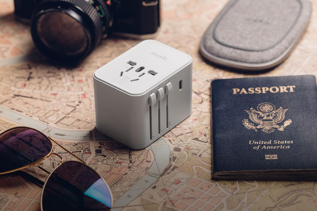 4 USB+USB-C 旅行用萬國轉接器,讓你在世界各國都能充電。