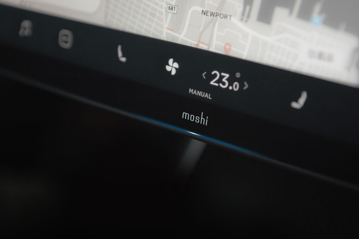 MoshiベストセラーのスクリーンプロテクタをTesla Model 3 中央タッチスクリーン向けに完全オーダーメイド。