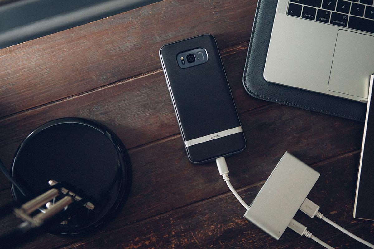 Laden Sie Ihr Smartphone auf oder schließen Sie andere ältere Geräte an, z. B. eine externe USB-Festplatte oder einen Hub.