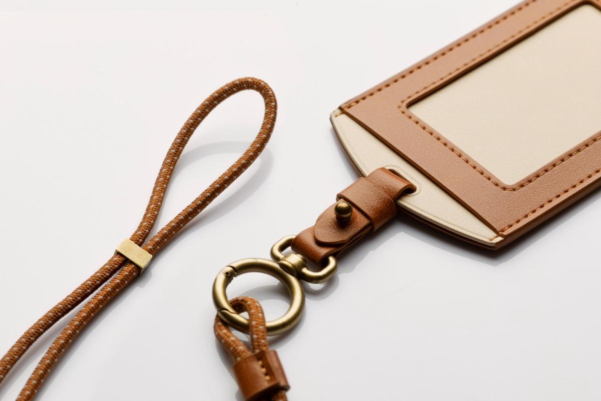 優質鋅合金掛扣,可搭配隨附之可調式掛繩、便利地掛於頸部使用,也可以拆下掛繩後將其固定在包包上或是放入口袋中