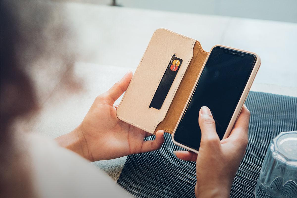 Transportez vos cartes, vos billets et votre iPhone dans un seul étui élégant.