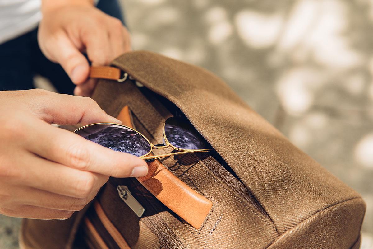 Ein knautschfestes Oberteil schützt empfindliche Gegenstände wie Sonnenbrillen und Sandwiches.