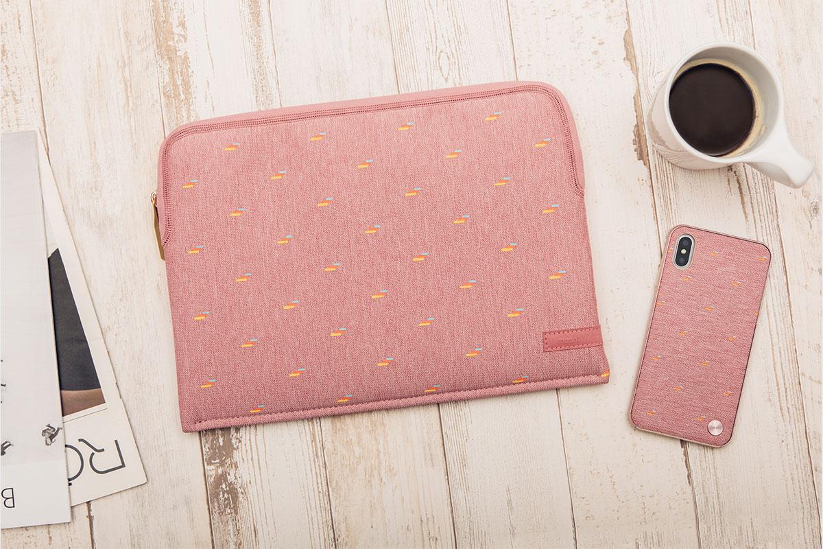 Complemente su estilo único con nuestra funda para computadora portátil Pluma, la bolsa nula Lula o la mochila Helios Mini.