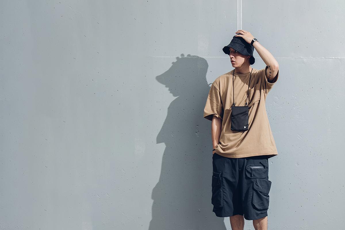 日中も夜もAro Miniはどんな服装にも似合うシンプルルッキング。