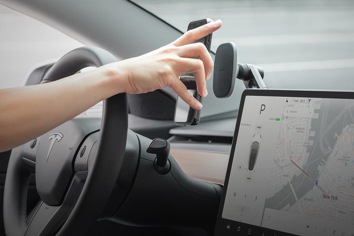 Il peut être installé sur son écran tactile central permettant de garder votre téléphone en vue.