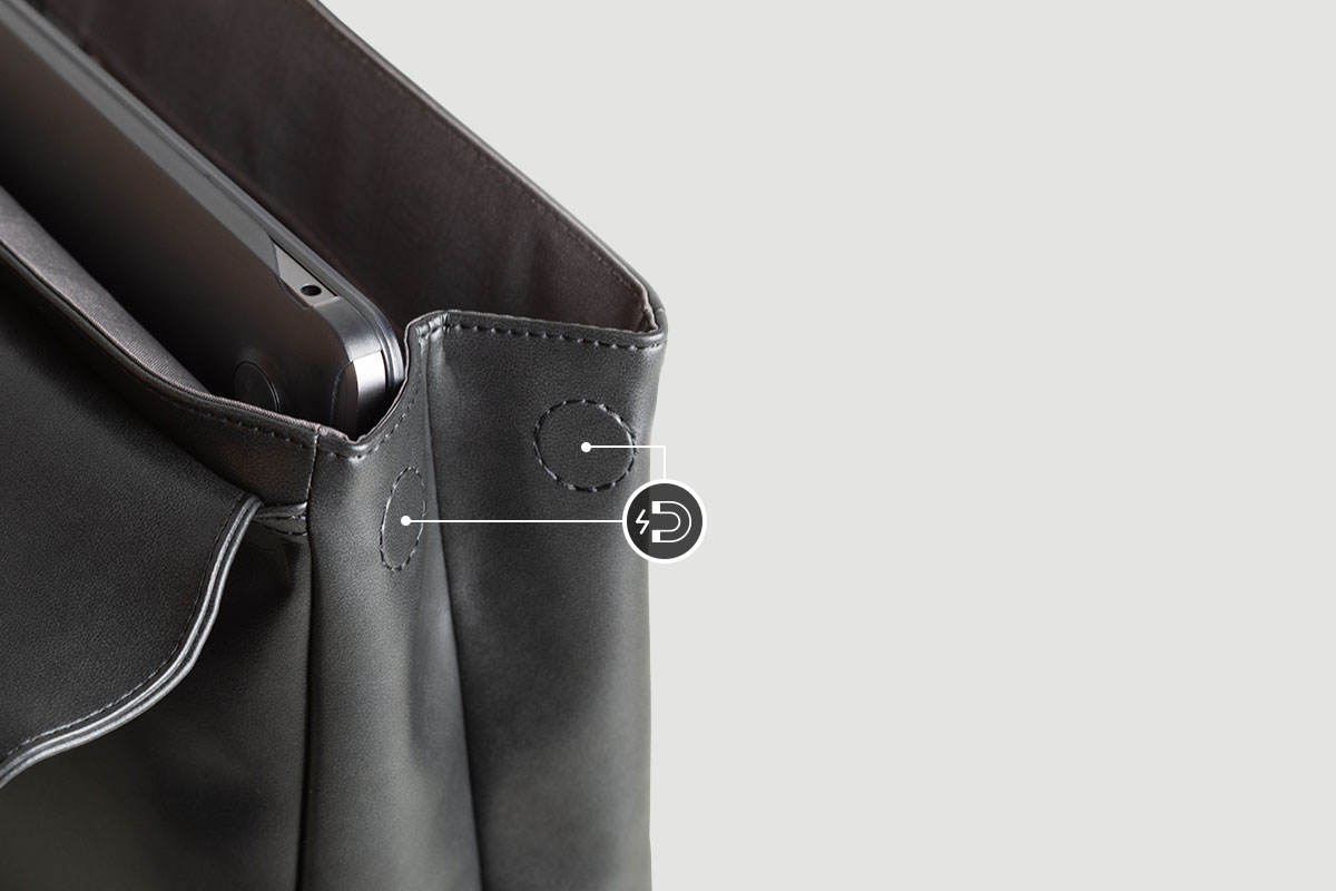 マグネットスナップリリースで小さい持ち物を更に収納し、バッグを使わないときはスリムに仕舞えます。