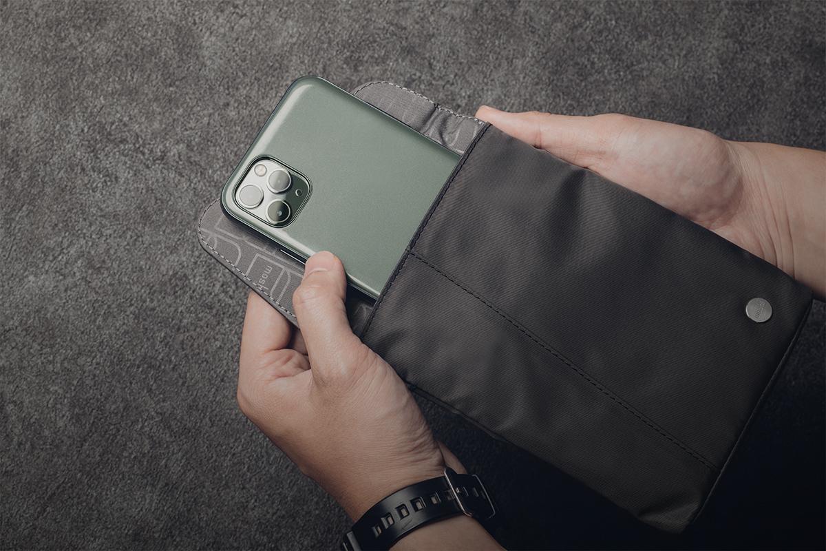 Aro Mini вмещает телефон, кошелек и прочие важные вещи, чтобы они всегда были под рукой.