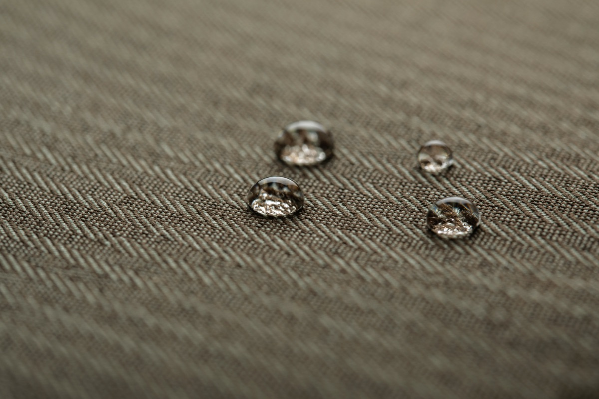 Urbana Navi is encased in a premium water-repellent material to protect it from rain and snow, with vegan leather and zinc-alloy accents for an elegant touch. Available in three fashionable colors, Urbana Navi is the perfect compliment to any wardrobe.