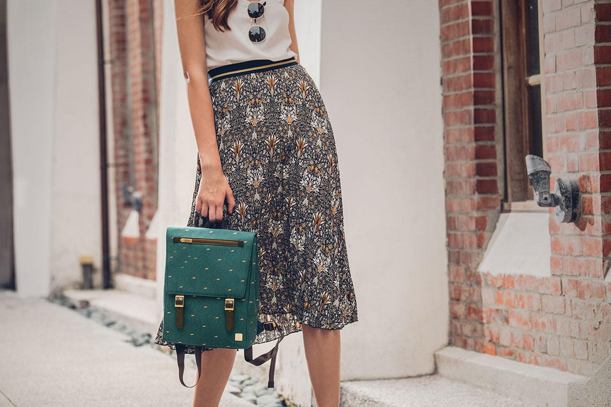 Helios Mini, con su tamaño ideal para pasear por la ciudad, te ayudará a vestir con estilo y ser organizada sin importar a dónde vayas.