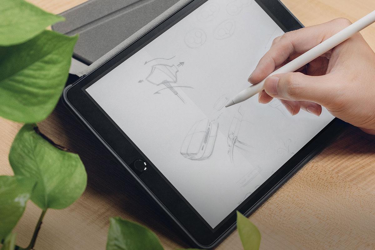 El tratamiento EZ-Glide™ mejora el rendimiento del Apple Pencil y la maniobrabilidad de la pantalla táctil.