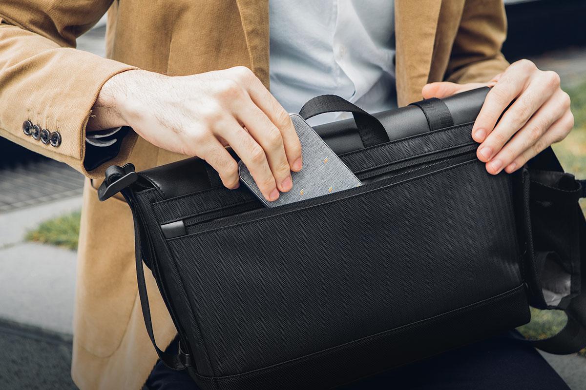 Bewahren Sie Ihre persönlichen Gegenstände in einer durchgehenden hinteren Tasche mit Reißverschluss auf.