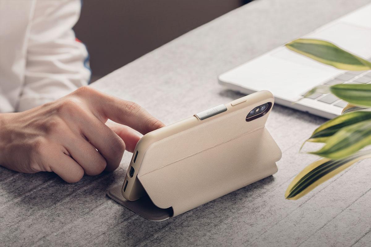 便於折疊的支架設計,可用來透過 iPhone 觀看影片