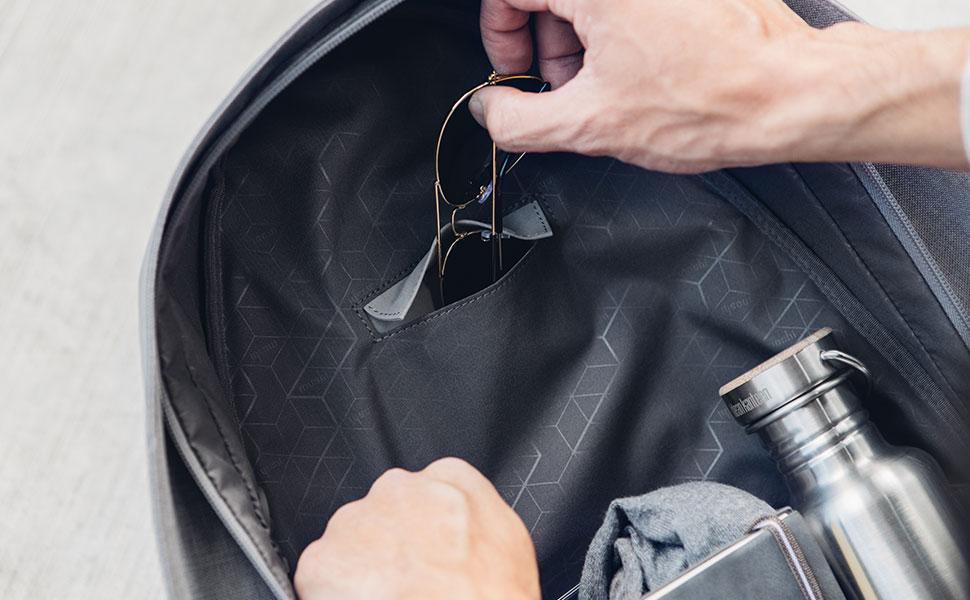 サングラスをバックパックの内蔵マイクロファイバーパウチに差し込んで軽く傷つきにくい持ち運びができます。
