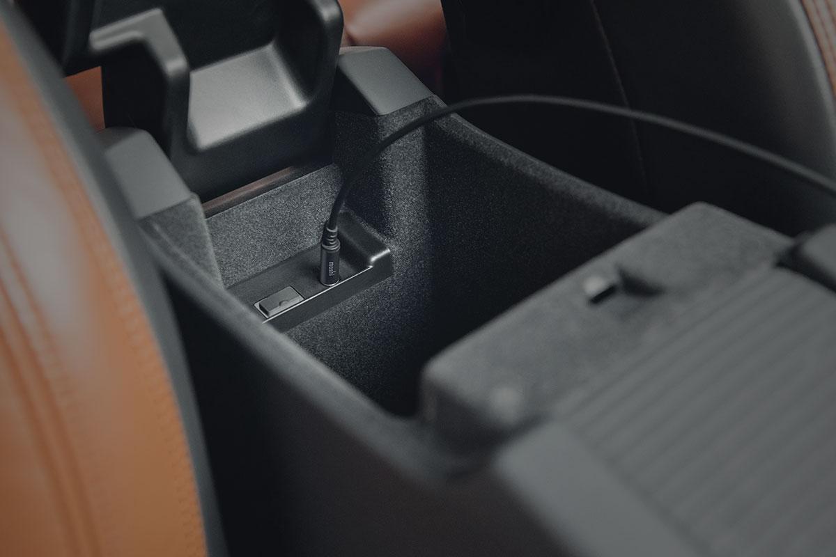 Spielen Sie Musik direkt von Ihrem USB-C-Gerät auf dem Stereosystem Ihres Autos ab.