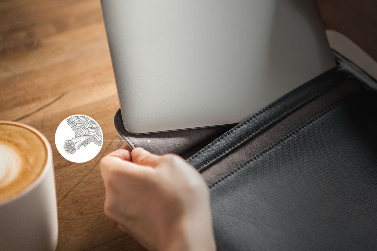 El forro interior de microfibra Terahedron™ de Muse alberga y limpia tu dispositivo.