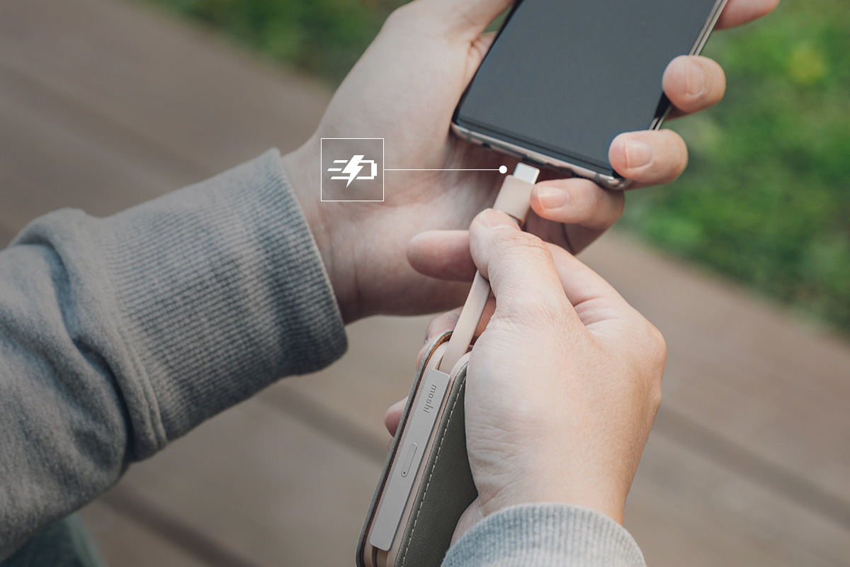 Der Akku unterstützt 15 W Leistung über USB-C und 12 W Leistung über Lightning. Es wird Ihr iPhone mehr als zweimal schneller einschalten als Ihr 5-W-Apple-Ladegerät.