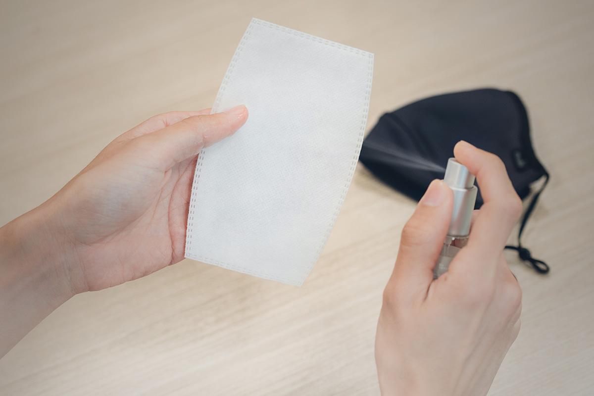 有別於標準外科口罩,Nanohedron 濾片可以使用酒精清潔消毒,且不影響過濾效果。