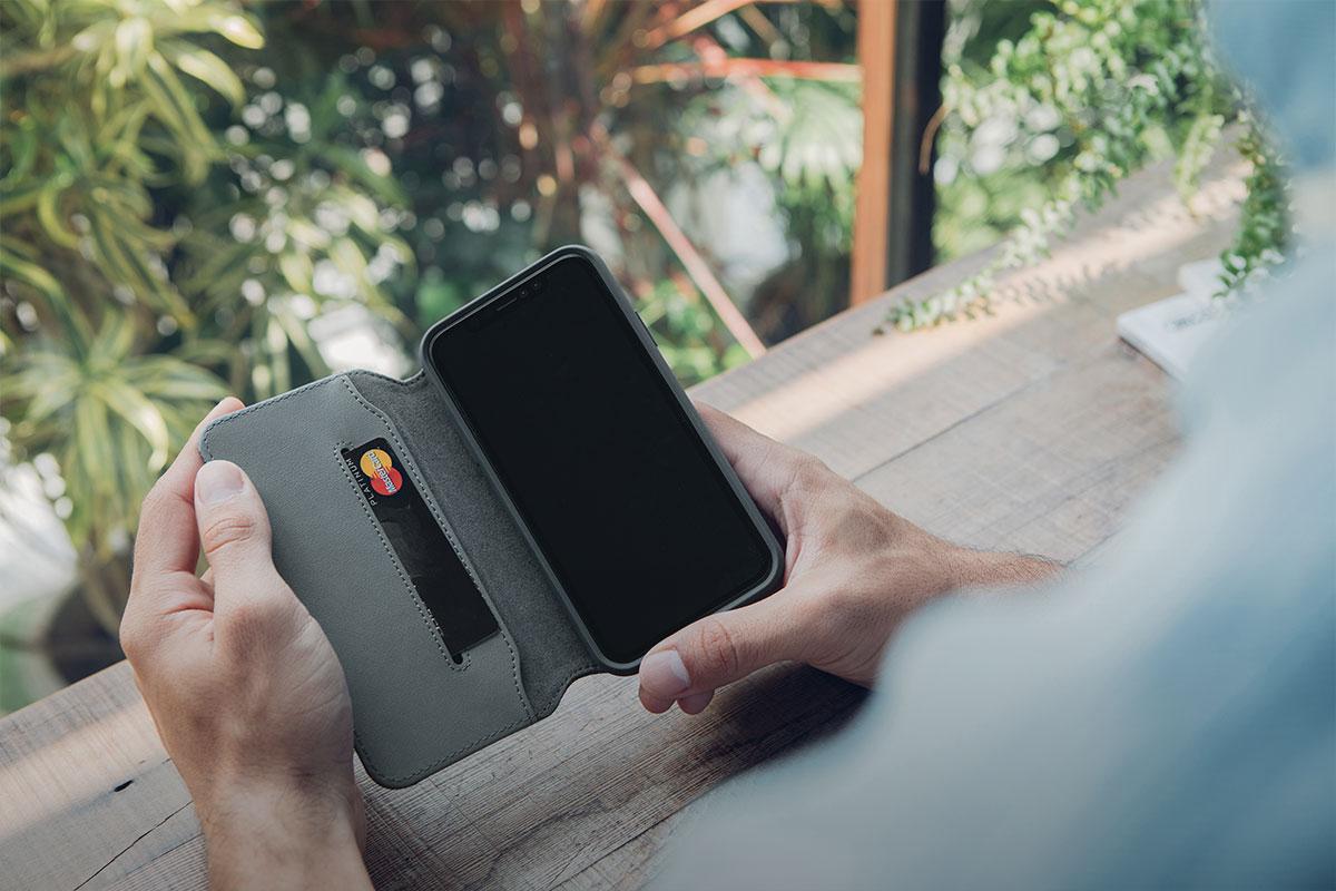 大切なカード、現金、iPhoneを全てスマートに収めて持ち運べます。