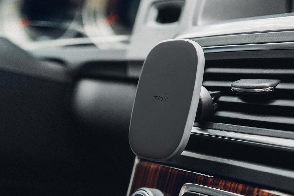 輕鬆地連接至任何可用的通風口,以方便觀看並移動裝置至其他車輛。