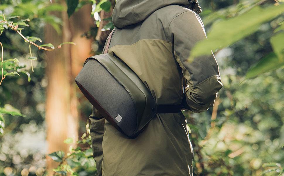 Descendez dans la rue avec le sac à dos à port croisé Tego de Moshi, une fusion élégante de style futuriste et de fonctionnalité compacte. Disponible en anthracite et gris pierre.