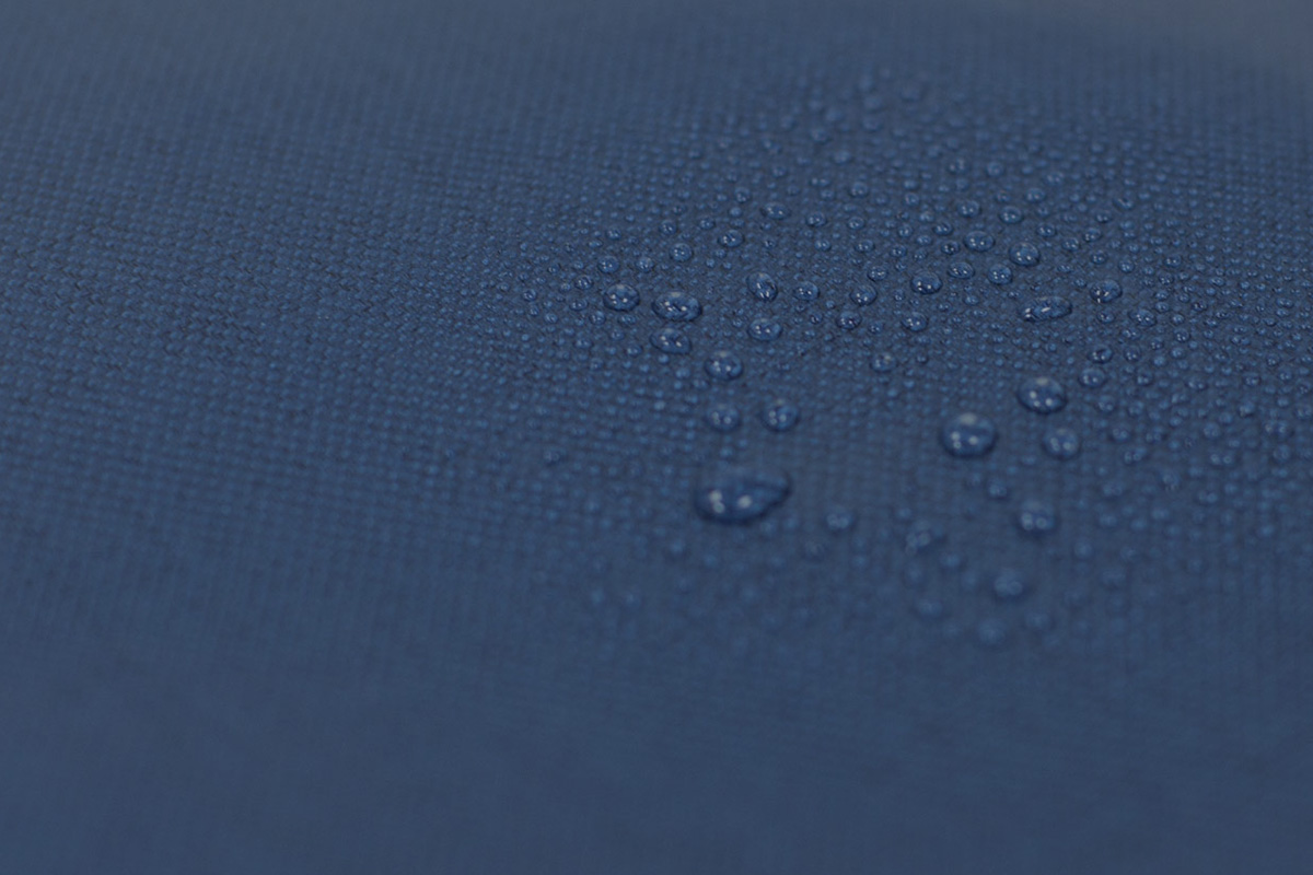 Urbana 采用质轻、耐候性面料和时尚的 Vegan 素食皮革制作而成。
