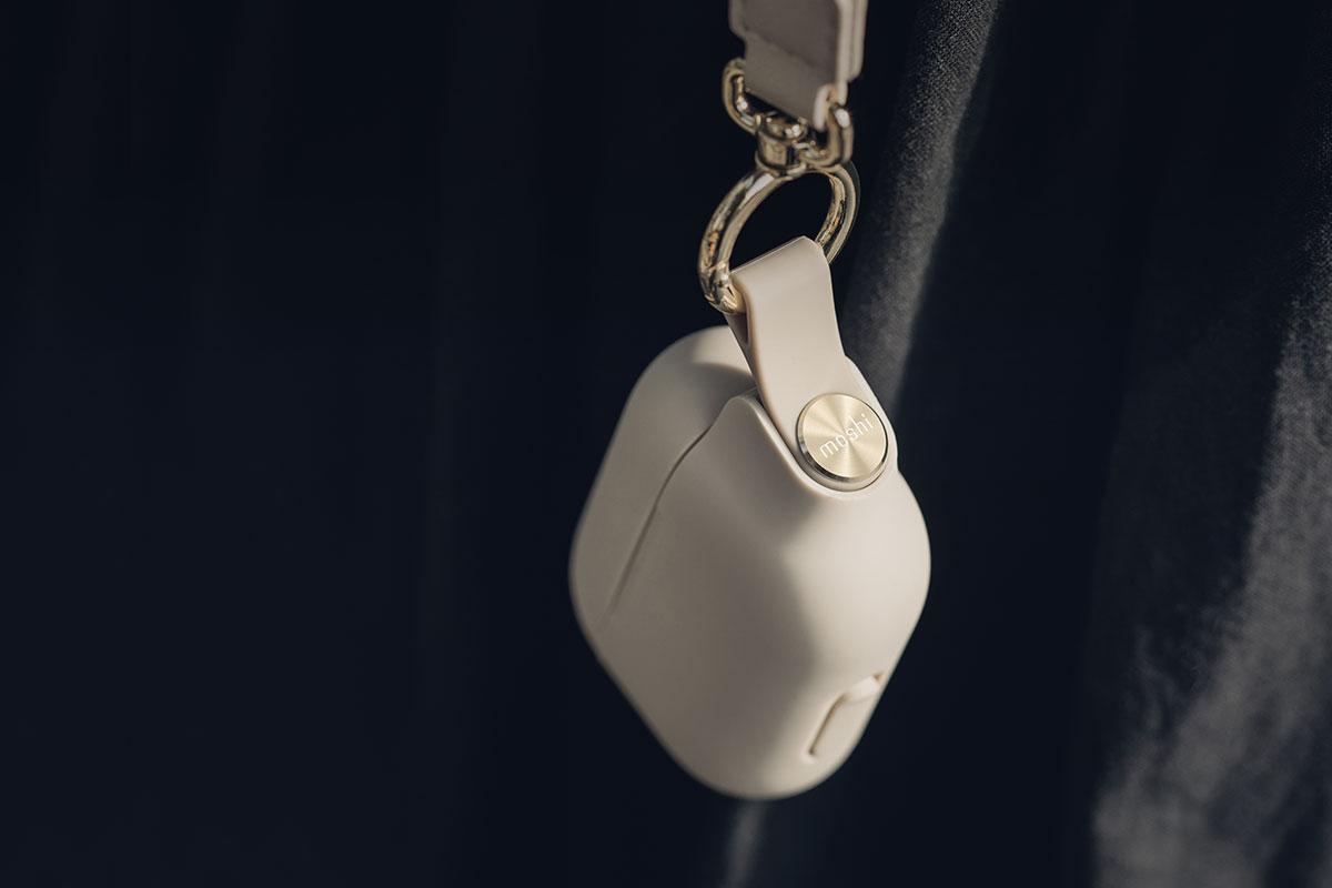 Die Schutzhülle zeichnet sich durch hochwertige Akzente und ein stylisches Handgelenkband aus.