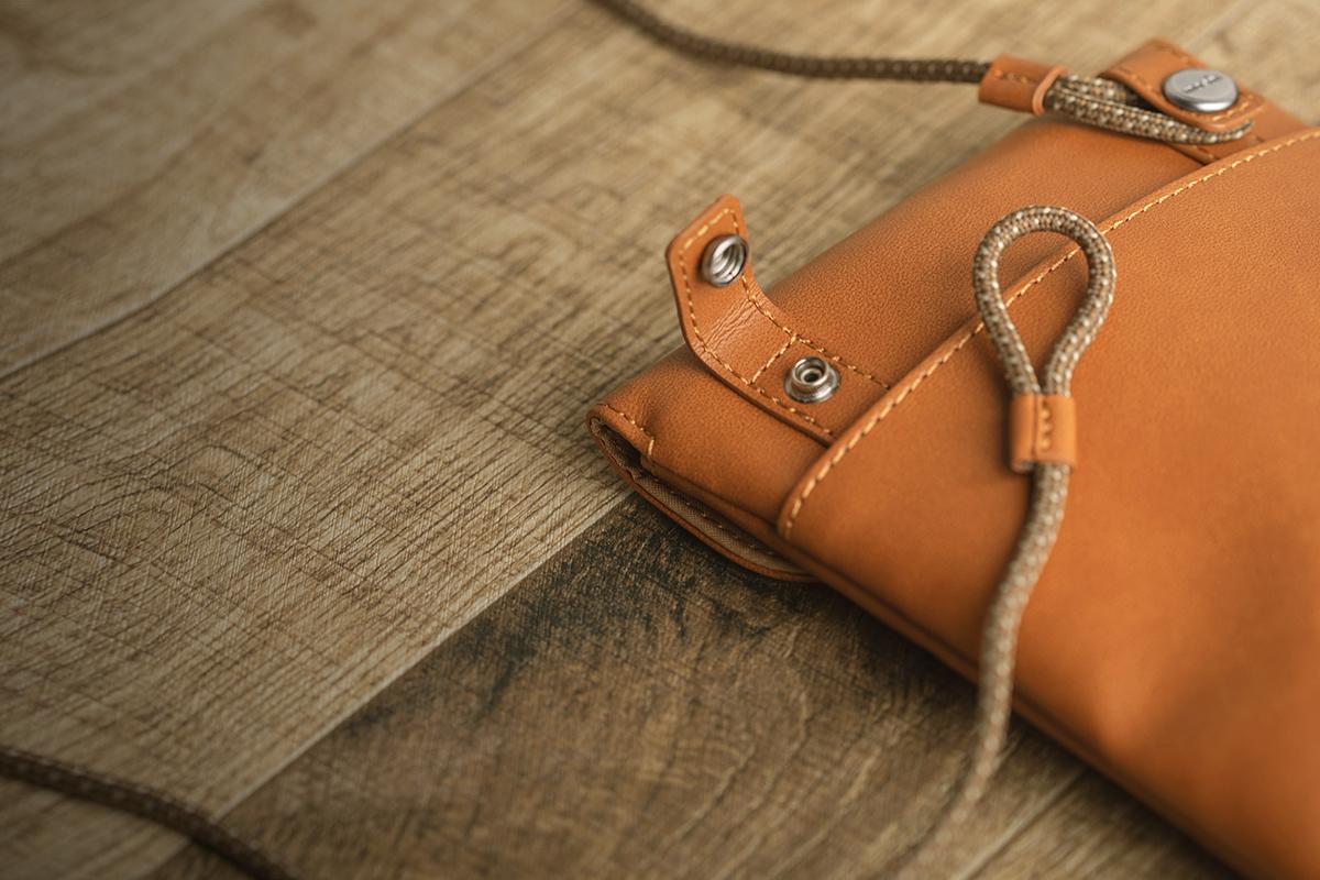 Öffnen Sie die vertikalen Schlaufen, um die Gurte abzunehmen. Befestigen Sie die Gurte an den horizontalen Schlaufen der Tasche. Zum Schließen einrasten lassen.