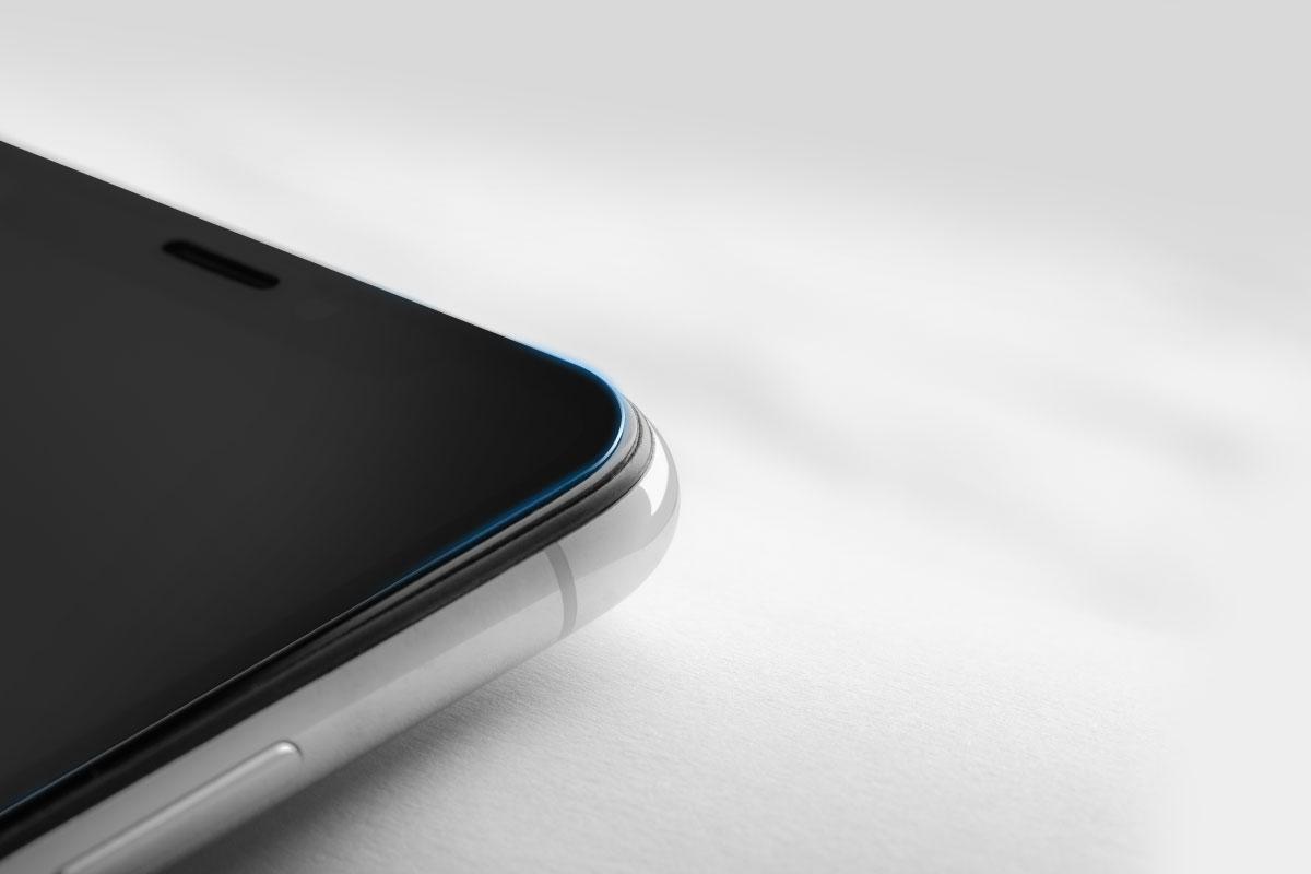 iPhoneスクリーンにジャストフィットするコーナーの丸みと形状カット。