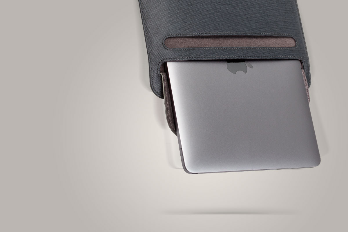 L'ouverture SlipGrip™ empêche votre ordinateur de tomber accidentellement de la pochette.