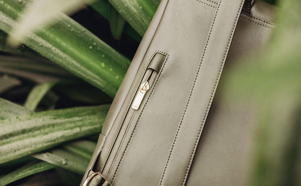 贴背的拿破仑式拉链袋,可安全收纳贵重物品,例如:钥匙、护照和手机,贴身设计不仅安全,且方便拿取。
