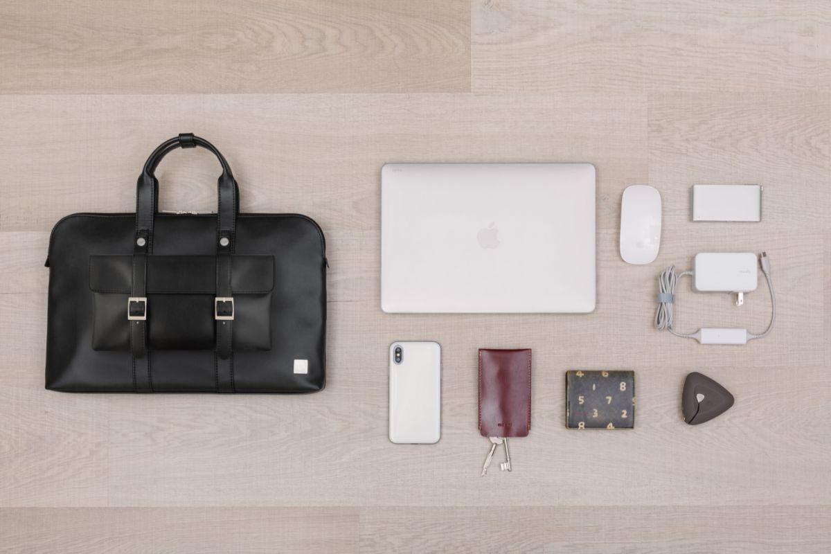 Treya Briefcase 可收納至13 吋筆電、行動電源、傳輸線、文件等其他日常物品。