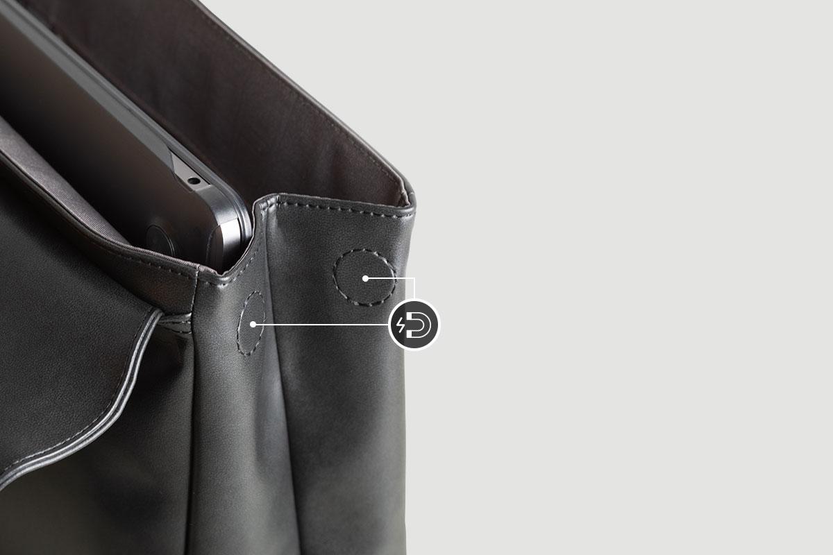 Las ranuras magnéticas laterales se desprenden para acomodar más accesorios y mantener tu mochila elegante cuando no esté en uso.