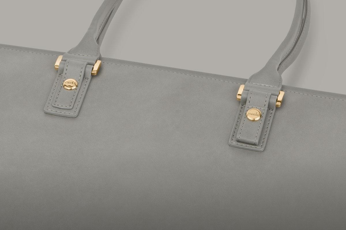 Aria está adornada con detalles elegantes y minimalistas, como una sofisticada sarga con acentos de piel vegetal y apliques dorados.