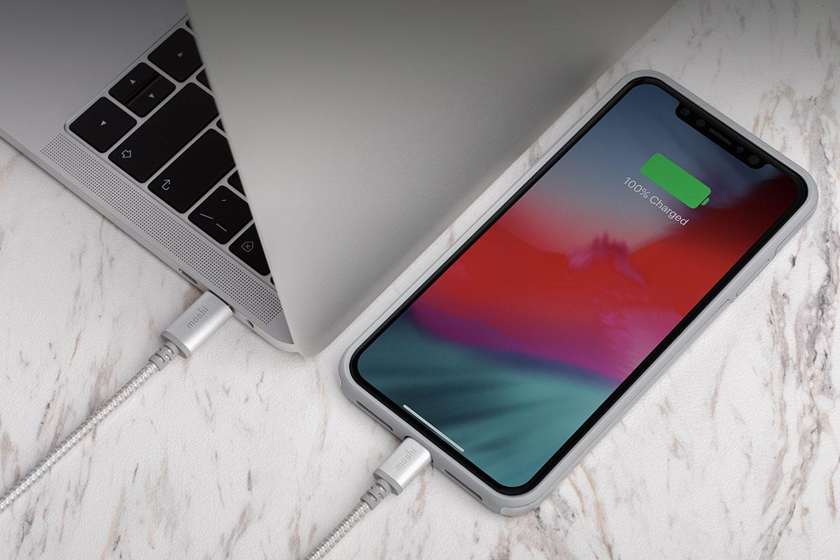 拥有我们的传输线,您可以使用 USB-C 笔记本电脑或 USB-C 充电器为具有 Lightning 端口的 iPhone 或 iPad 充电。精简您的充电设备!