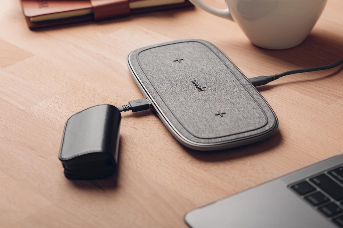 У вас все еще есть умные часы, наушники или портативный аккумулятор, который можно заряжать только с помощью кабеля? На задней панели Sette Q незаметно спрятан порт USB-A мощностью 5 Вт, способный заряжать любое устройство с помощью кабеля. Есть Apple Watch? Соедините Sette Q с нашим компактным зарядным устройством Flekto для Apple Watch, чтобы создать полноценную станцию беспроводной зарядки.