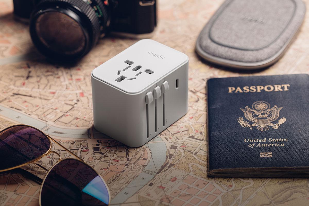 Unser World Travel Adapter mit USB-C- und USB-A-Anschlüsse versorgt Sie auf jedem Kontinent mit Strom.