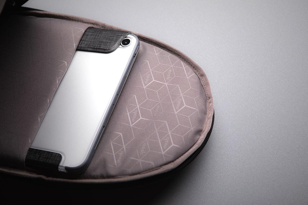 Son intérieur compact inclut une pochette rembourrée pour iPad Pro jusqu'à 10,5 pouces.