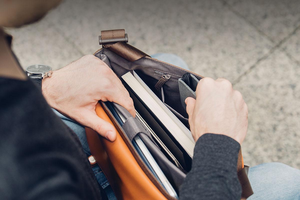 Carta вмещает ноутбук до 13 дюймов и другие необходимые вещи, например портативный аккумулятор, документы и прочее.