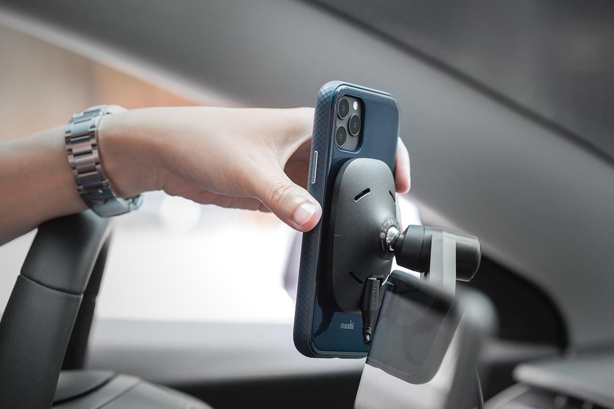 免拆除手機殼就能隨時進行無線充電,可搭配 Moshi 北歐風格質感 Q 系列無線充電產品如 Lounge Q 使用。並支援 Moshi SnapTo ™ 磁吸系統配件使用。請將保護殼內的塑膠墊片取下,並替換成 SnapTo 磁吸系統配件內附的內藏式金屬鐵片即可使用,享受輕輕一放即磁吸固定的便利性。