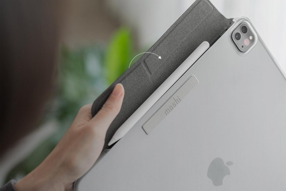 Le rabat magnétique du VersaCover maintient la coque fermée et protège votre Apple Pencil pendant qu'il se charge.