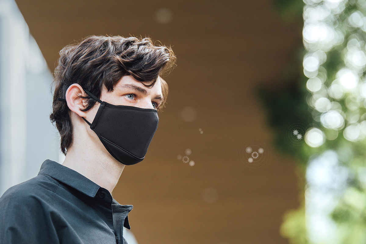 Durch das Tragen einer Maske können auch die Symptome von Heuschnupfen oder anderen Pollenallergien gemindert werden.