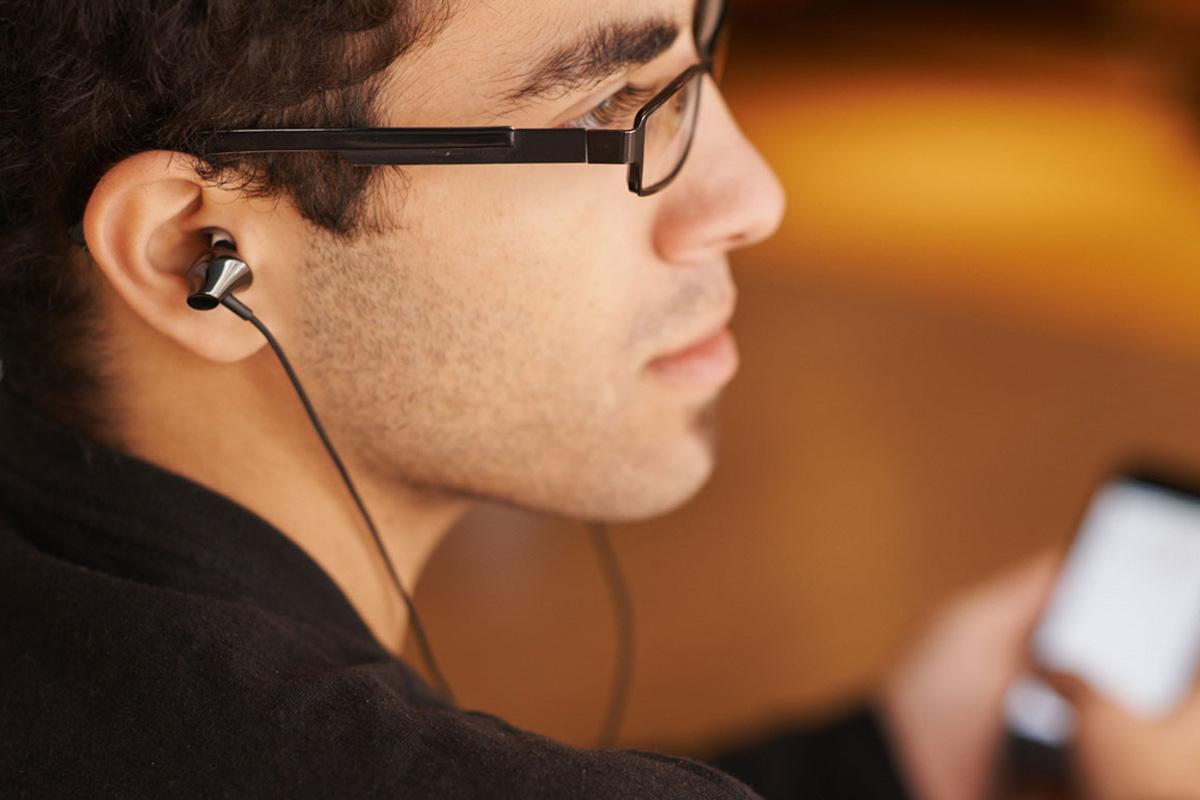 """""""Moshi Keramo 入耳式耳机的表面经抛光处理,时尚而有个性。此款耳机提供优美、干净的音质,不仅附有美观的便携式收纳盒,还有内置线控/麦克风,方便手机通话。"""""""