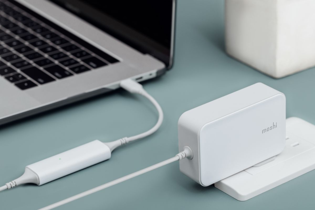 Supports fast-charging and USB-C Power Delivery (PD) to charge USB-C laptops including Macbook Pro and Surface devices.