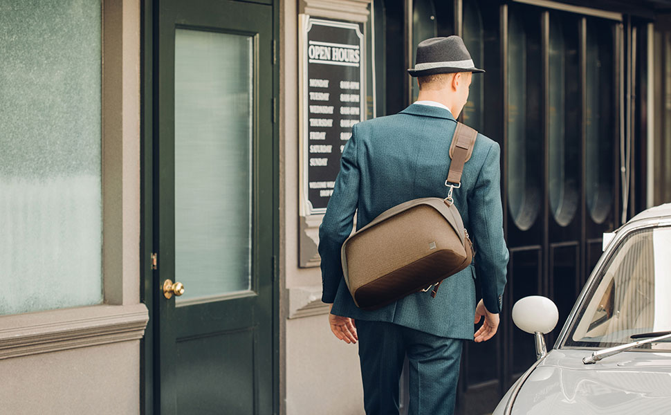 Сумка Tego Sling Messenger сочетает в себе функциональность и футуристический дизайн. Доступные цвета: угольный черный, каменный серый.