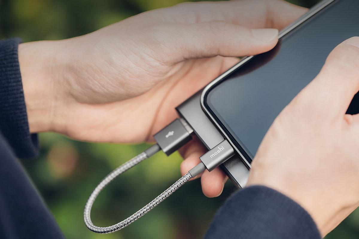 iOSデバイス向け12W(5V/2.4A) までの高出力給電をサポートします。480 Mbpsまでの USB 2.0 データ転送速度をサポートします。