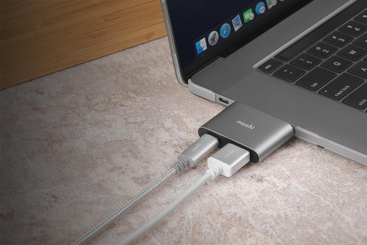 Laden Sie Ihr USB-C-Gerät mit bis zu 60 W Leistung, während Sie zur gleichen Zeit Inhalte anzeigen lassen. Unterstützt USB-PD 3.0.
